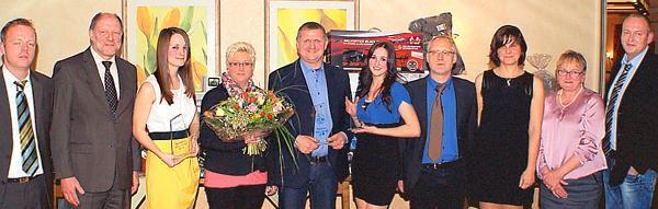 Die Sportler des Jahres Claudia Strenge (3.v.l.), Laurenz Böckmann (5.v.l.) und Kristina Bilendir (6.v.l.) mit dem Vorstand des SV Mehrenkamp