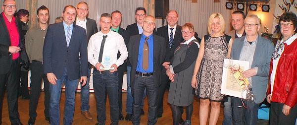 Vereinsvorsitzender Bernhard Norrenbrock (links) ehrte Erik Zielke (Fünfter von links) zum Sportler des Jahres. Unter den Feiernden waren auch Bürgermeister Sven Stratmann (Dritter von links) und Elisabeth Poschmann (rechts).